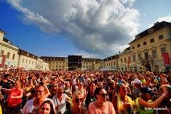 Ein Festival, dass tatsächlich die Stimmung und das Feeling der 90er Jahre inklusive Erinnerungen an neonfarbene Outfits (nannte man damals noch Klamotten) und Lavalampen zurückbringt. Eine gelungene Zeitreise und ein würdiges Event für den Samstagstermin der KSK musicopen.