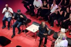 Bobby McFerrin präsentiert sein Programm 'Gimme 5' bei den jazzopen im Alten Schloss als A-Cappella-Show mit vier weiteren Musikern