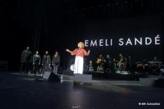 Emili Sandé und Band