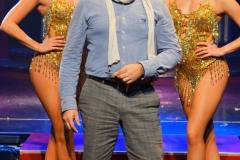 Redakteur MK Schechler und zwei Vegas Showgirls