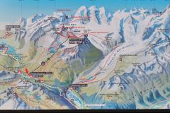 Talstation der Bergbahn auf die Diavolezza in Graubünden (Schweiz) bei St.Moritz. Erst einmal einen Überblick auf der Anzeigetafel verschaffen