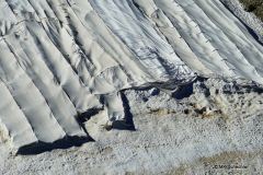 Wie auf vielen Bergen in den Alpen werden auch hier Experimente mit Abdeckungen zum Schutz von Gletscherteilen oder Schneefeldern gemacht. Mehr Infos unter der gemeinnützigen Stiftung Cover Project Foundation www.coverprojectfoundation.ch