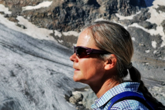 Glaziologin Dr. sc. nat. Christine Levy vom Zentrum für Angewandte Glaziologie (ZAG) an der Academia Engiadina kreierte den Inhalt und die wissenschaftlichen Erklärungen im Leporello, das beim Start der Wanderung kostenlos zur Verfügung gestellt wird.
