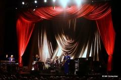 """Joe Jackson mit Band im """"Theater"""" Bühnenlook"""