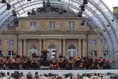 Bereits um 20.00 Uhr stimmte das Orchester des Goethe-Gymnasiums Ludwigsburg, zu dem die Schlossfestspiele eine langjährige Bildungspartnerschaft pflegen, energetisch auf den Abend ein. Unter Leitung von Benedikt Vennefrohne entführte das Orchester u.a. mit Edvard Griegs Peer Gynt Suite Nr. 1 »In die Halle des Bergkönigs« und spürt den magischen Klängen des »Wand of Youth« von Edward Elgar nach.