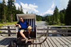 Strandkorb aus Kampen auf einer Lechbrücke bei Partnerstadt Lech am Arlberg