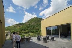 Gabriela Unbehaun-Maier zeigt den Blick auf den Hohentwiel auf der Dachterrasse des MAC 2