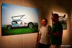 Hermann Maier vor einer Fotografie von Rainer W. Schlegelmilch