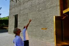 Vor dem neuen MAC 2 erklärt uns Museumschef Maier das Geheimnis der glänzenden Außenfassade