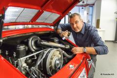 Redakteur MK Schechler untersucht den restaurierten Porsche 901