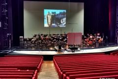 Das Orchester spielt nicht direkt auf der Seebühne, sondern im Großen Saal des Festspielhauses mit Videoleinwand auf die Agierenden