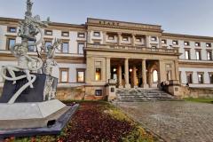 """Die Chronik einer grotesken Entgleisung. """"S21 – Das Denkmal"""" von Peter Lenk in Stuttgart am Stadtpalais"""