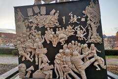 """""""S21 – Das Denkmal"""" von Peter Lenk in Stuttgart am Stadtpalais. Detail Sockel hinten"""