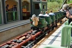 """Das """"Böckle"""" aus dem schwäbischen Lied """"Auf der schwäbsche Eisenbahne"""" hält sich verzweifelt am letzten Wagen fest"""