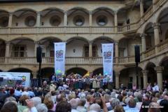 Die Weindorfwirte und -wirtinnen auf der Bühne