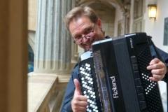 Sergej Risanow sorgt für musikalische Untermalung