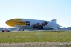 Auf dem Flugfeld am Mastfahrzeug: Der Zeppelin mit dem CAT Printing