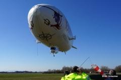 Wichtig der Mann mit der Windhose - der Zeppelin landet immer gegen den Wind