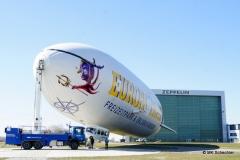 """""""Mein"""" Zeppelin mit Hangar im Hintergrund"""