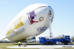 Alles gesichert. Festgezurrt wird nur die Nase des Zeppelins. Das Luftschiff richtet sich immer zum Wind aus.