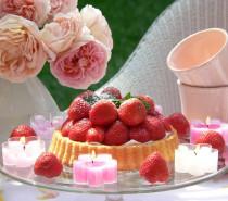 Das Auge isst mit: Erdbeeren & Kerzen – eine wunderbare (Deko-) Liaison