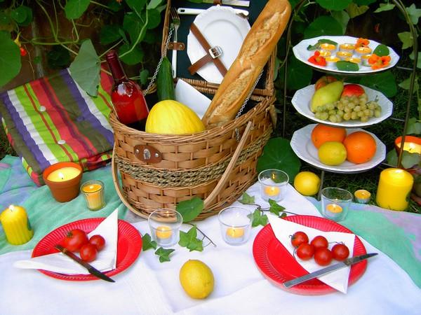 Picknick im Grünen. Ein Picknick mit Freunden und vielen Leckereien zählt zu den schönsten Seiten des Sommers. Damit man hierbei nicht von lästigen Mücken gestört wird, helfen Zitronella-Kerzen in RAL-Qualität, die zudem wunderbar frisch duften. Diese in Gläsern oder rustikal in Terrakotta-Töpfchen gegossenen Kerzen einfach auf der Picknickdecke verteilen und den lauen Sommerabend bei romantischem Kerzenschein genießen. Tipp: Achten Sie beim Kerzen-Kauf auf das RAL-Gütezeichen! Dies garantiert, dass als Aromastoffe ausschließlich echte ätherische Öle und weitere schadstofffreie Rohstoffe verwendet werden. Foto: Gütegemeinschaft Kerzen.