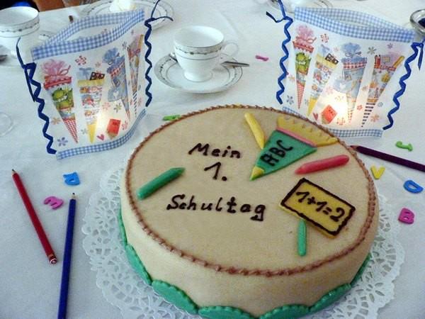 Fröhliche Kerzendekos zum Schulanfang. Diese besondere Torte lässt nicht nur Kinderaugen strahlen. Teelichte in RAL-Qualität, die in farbig bedruckten, nicht brennbaren Lichttüten platziert wurden, zaubern eine fröhliche Tischdekoration - passend zum ersten Schultag. Foto: Gütegemeinschaft Kerzen.