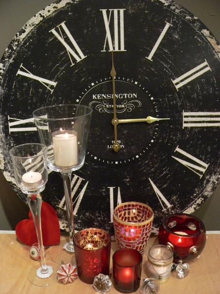 Winterzeit ist Kerzenzeit Am 25. Oktober werden die Uhren auf 'Winterzeit' zurückgestellt und die Tage werden nun wieder spürbar kürzer. Für eine gemütliche Atmosphäre an kalten Herbsttagen sorgen dann Teelichte mit dem RAL-Gütezeichen: Sie sind nicht nur leicht arrangierbar, sondern gewähren auch eine Brenndauer von mindestens vier Stunden. Foto: Gütegemeinschaft Kerzen