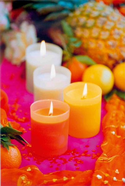 """Duftkerzen ABC: Düfte und ihre Wirkung. Graue Tage oder trübe Stimmungen lassen sich mit einer Duftkerze ganz schnell """"erhellen"""": Denn eine einzige brennende Duftkerze lässt den Alltag vergessen und verwandelt die Wohnung – je nach Belieben - in eine Sommerwiese, in einen Rosengarten oder eine Orangenplantage. Der Duft wirkt direkt auf das limbische System im Gehirn: Es werden Botenstoffe ausgeschüttet, die wiederum Gefühle steuern und eine direkte körperliche Wirkung, wie z.B. die Senkung des Blutdrucks, haben. Die Kerzenschein-Atmosphäre und der Duft tragen dazu bei, sich zu verwöhnen und zu entspannen. Foto: Gütegemeinschaft Kerzen"""