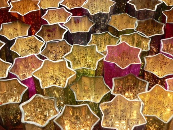 """Teelichte und Sterne. Ein besonderes Highlight sind diese """"Sterngläser"""", die durch den sanften Schein der Teelichte in RAL-Qualität perfekt in Szene gesetzt werden. Foto: Gütegemeinschaft Kerzen"""