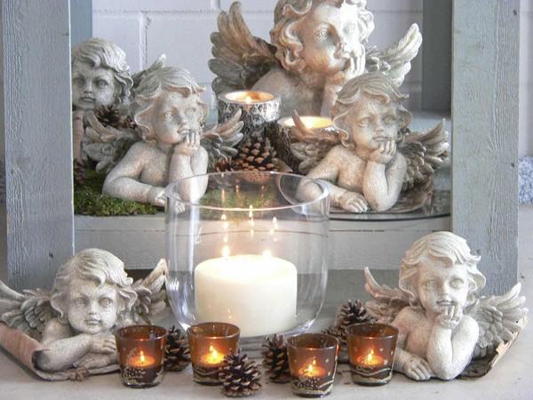"""Wie im Himmel … fühlt man sich angesichts dieser herrlichen Engelsschar. Die große Mehrdocht- Kerze mit dem RAL-Gütezeichen und der Schein der Teelichte lassen ein himmlisches Ambiente entstehen. Tipp: Teelichte mit Duft (z.B. Vanille) steigern das Wohlbefinden und """"beflügeln"""" die Sinne...! Foto: Gütegemeinschaft Kerzen."""